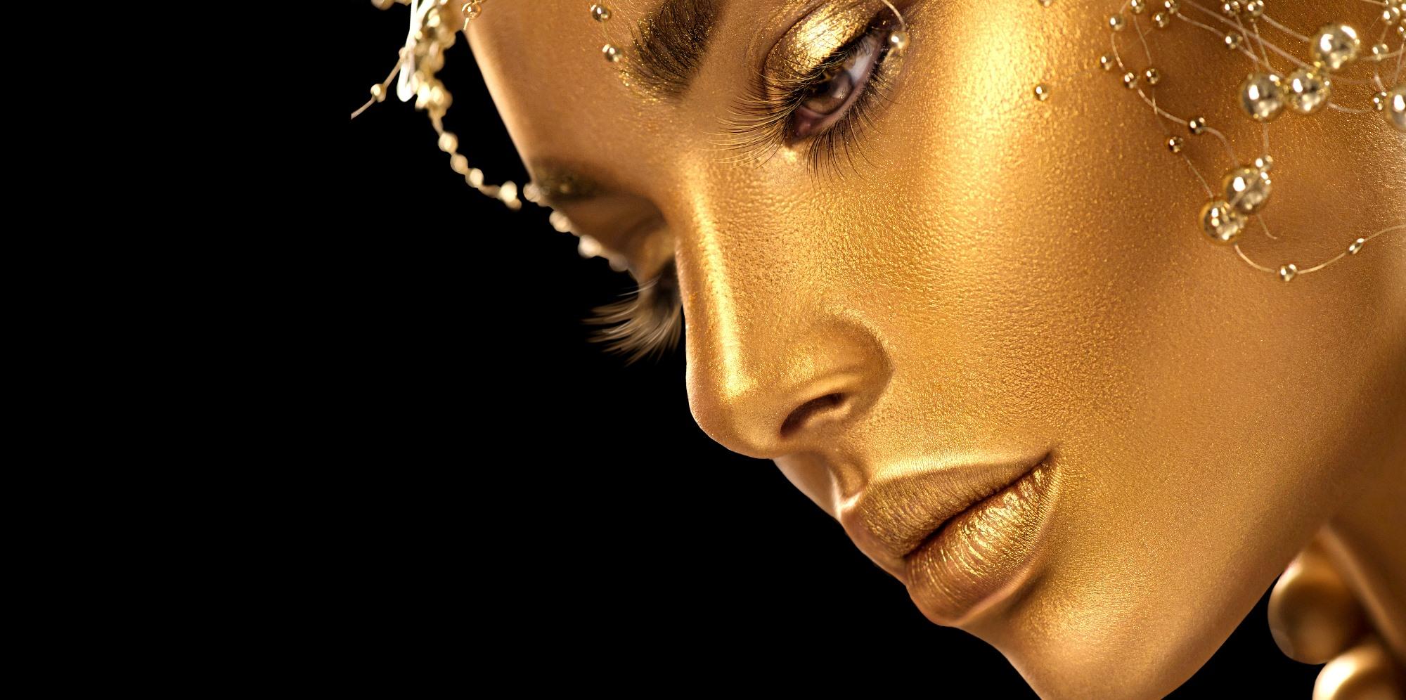 Modelka ze złotym makijażem
